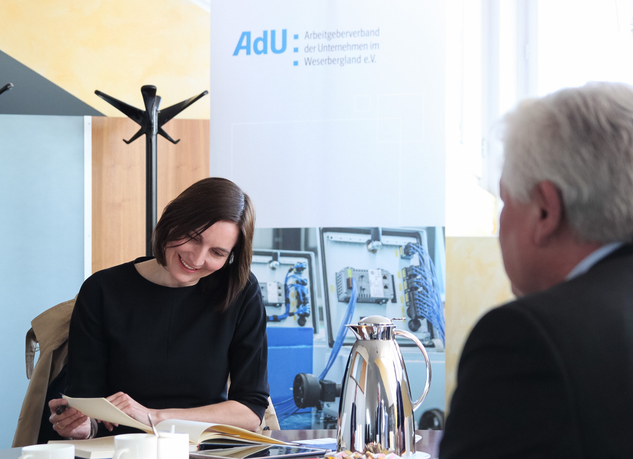 Mareike Wulf trägt sich ins Gästebuch des AdU ein