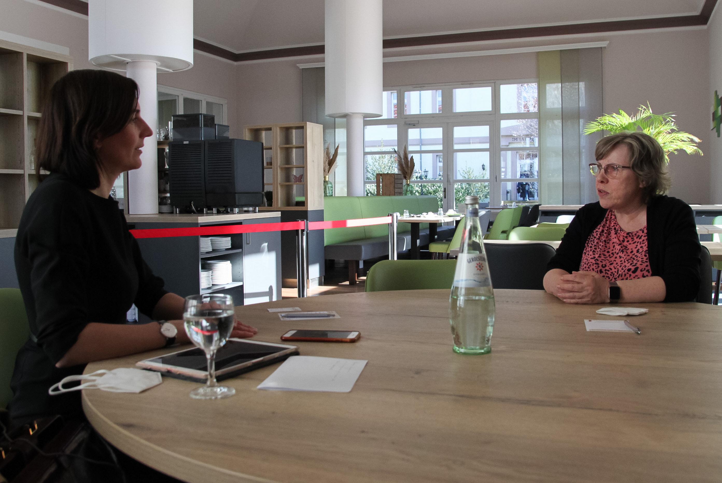 Mareike im Gespräch mit Frau Güse